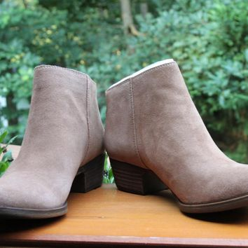 Lucky Brand Belvva Ankle Boot size 10 New brown Suede Leather Back Zip Sesame