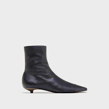 FLAT LEATHER ANKLE BOOTS WITH TOE CAP DETAIL DETAILS