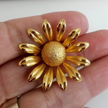 Vintage Daisy Gold Tone Small Pin 3D Textured 1960s 1-7/16""