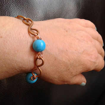 handmade chain bracelet of  2,5 mm copper wire and howlite pearls