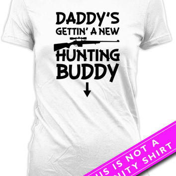 Pregnancy Announcement T Shirt Maternity Clothing Pregnancy Tops Daddy's Gettin' A New Hunting Buddy Expectant Mother Ladies Tee MAT-598