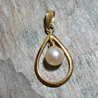 585 Vintage Pearl Pendant 14k Yellow Gold Genuine White Cultured Pearl Nice Rainbow Luster Dainty Lightweight Ready to Hang On Your Chain