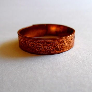 Pretty copper flower ring / dainty / floral / embossed / vintage / 1950s / engraved / tarnished / gift / copper band / adjustable ring