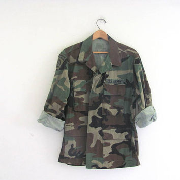 Vintage men's military green camoflauge army long sleeve shirt jacket camo coat with patches // size Medium