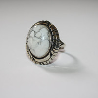 Size 7.25 Vintage sterling Silver Native American ring with beautiful white stone - Free US Shipping