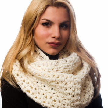 Cream infinity Scarf, Women's chunky scarf circle, crocheted scarf, winter accessory
