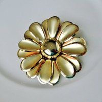 Daisy Brooch Large Gold Tone Dimensional Metal Vintage Collectible Item 1501