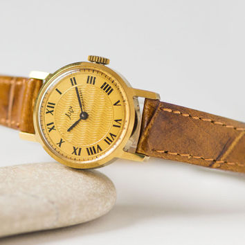 Gold plated woman watch wavy pattern, women's wristwatch Ray, 70s delicate watch round, small watch gift her, genuine leather strap new