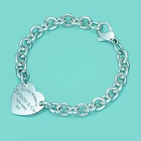 Return to Tiffany™ medium heart tag on a bracelet in sterling silver, medium.