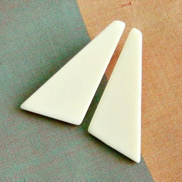 MOD Earrings, 1960s Lucite Earrings, Ivory Colored Triangle Earrings, RETRO Geometric Earrings.