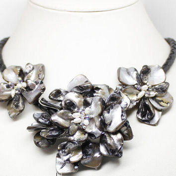 "black mother of pearl shell crystal pearl 3 flower pendant necklace 18""long AAA style Fine Noble real Natural free shipping"