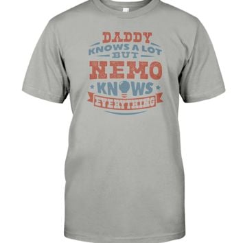Nemo Knows Everything Funny Father's Day Gift T-Shirt Men