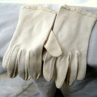 Vintage White Beaded Gloves Size Small by darlingtoniavintage