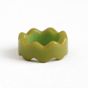 Vintage Yellow Green Bakelite Zig Zag Ring Band - 1940s Retro Size 6 Chunky Spike Design Stacking Early Plastic Unique Costume Jewelry
