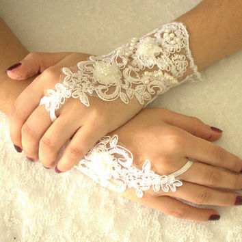 FREE SHIP White Wedding gloves, gothic lace Party gloves, bridal gloves fingerless gloves costume french lace