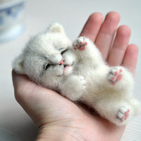 Needle felted little sleeping kitten. Tiny cute white cat. Miniature animal. Sweet gift. Small toy.
