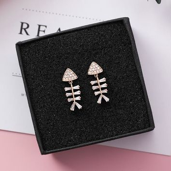2018 Personality Cartoon Short Dangle Earrings Shiny Rhinestone Fish Bone Shaped Drop Pendientes For Women Jewelry Cute Gift