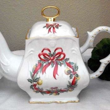 Christmas Ribbon Wreath 8 Cup Square Porcelain Teapot