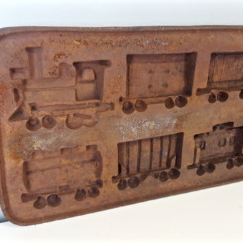 Vintage Cast Iron Trains Mold Rusty Decor Piece Rusty Display Piece, Rusty Cast Iron Trains, Farmhouse Decor, Country Cottage Decor, Rustic