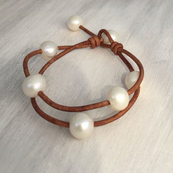 Leather pearl bracelet, gift for her, gift idea, gift for mom, pearl jewelry, pearl bracelet, bracelet, leather bracelet, multistrand