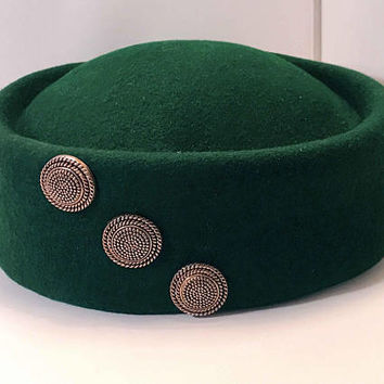 Vintage Emerald Green Wool Felt Hat / Ladies Pillbox Hat / Wool Hat with Three Round Button Ornaments / Retro Pill Box Hat in Forest Green