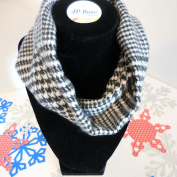 Scarf Bib Black and White Houndstooth Plaid for Babies Size 4 months- 12 months