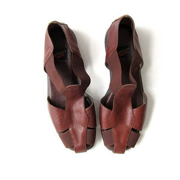 vintage dark brown cage sandals. leather + elastic bandage sandals. leather flats. strappy cut out sandals.