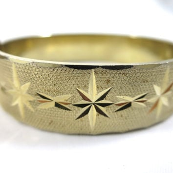 Vintage Etched Bangle Bracelet Gold Tone Mid Century Hinged Pressure Closure Star Etched Pattern Texture Background Bevel Edge 5/8 in