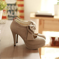 Fashionable tie decorated high heels