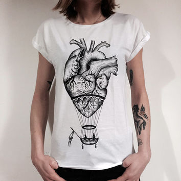 Women t shirt printed heart anatomical-hot air balloon. .100% white cotton. Original design done by hand and printed in serigraphy.