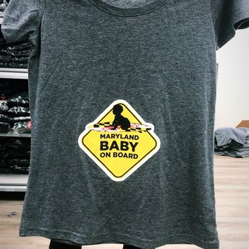 Maryland Baby On Board (Heather Dark Grey) / Ladies Scoop Neck Shirt