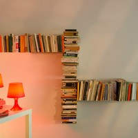 Wall-mounted steel bookcase CHICANE by TEEbooks® | design Mauro Canfori