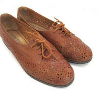 vintage brown leather cut out oxfords // lace up women's flats /  shoes. size 10