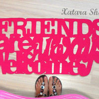 "Doormat with customizable sign: ""Friends are always welcome"" in pink"