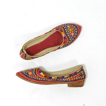 Bohemian Embroidered Flats • Vintage Red Flats • 1970s Indian Embroidery • Mexican Shoes • Pointed Toe • 70s Folk Art Flats • Size 5