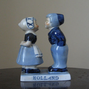 Kissing Dutch Boy Girl Pair Delft Blue Holland vintage 50s Mid Century Home Decor