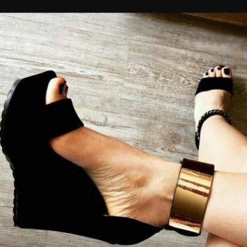 The new style is versatile with comfortable and personalized wedge sandals