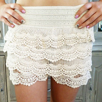 DREAMING OF LACE SHORTS IN CREAM