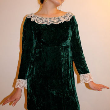 Delicate and Dainty 1960s Vintage dress, emerald green Velvet and white Lace Peter Pan Collar with Empire waist and Bow detail. size 2-6