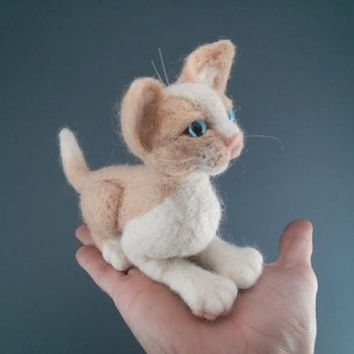 Miniature kitten. Needle felt art. Made by dry felting. Doll animal.Suitable for decorating the shelves in the room. Ready to ship