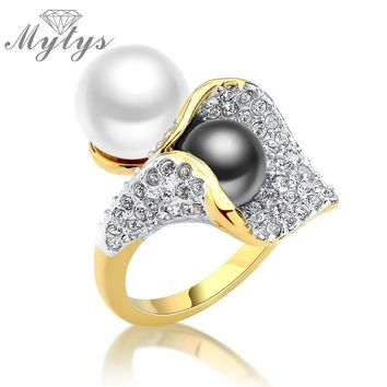 Mytys Two Pearls Black and White Pearl Ring Pave Setting Zircon Flower Design Fashion Statement Cocktail Ring Ladies Gift R1041