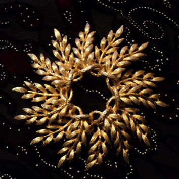 Large Wreath Goldtone Brooch Signed Lisner 1960s Era Fashion Costume Jewelry Gold Leaf Fronds Twisted Branch Circle Pin
