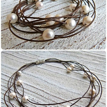Set leather bracelet and necklace with freshwater pearls to wrap in brown