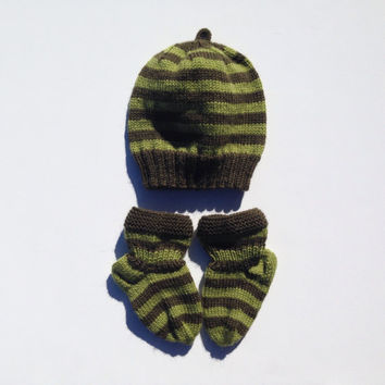 Hand knitted baby hat and socks 3-12 months old. Ready to ship. Baby shower gift. Wool hat and socks.green stripes.