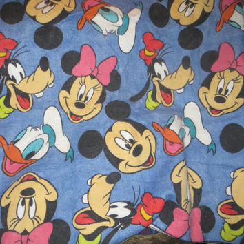 VINTAGE 80s large DISNEY Mickey minnie and friends  Donald Daisy  pLUTO   large blanket 84 x 70