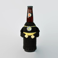 Beer coozie HP Hufflepuff. Harry Potter fan knit bottle sleeve OR travel mug cozy. Coworker gift. Beer accessories. Boyfriend gift.