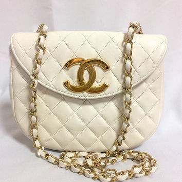 Vintage CHANEL ivory white lambskin 2.55 chain shoulder bag with large golden CC motif and oval flap.