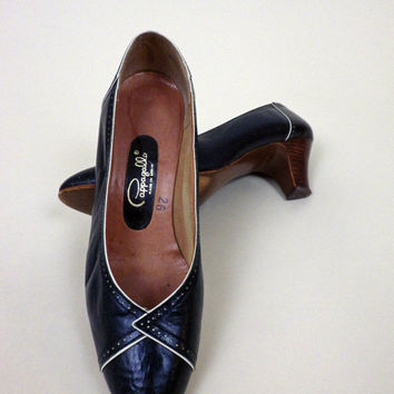 1950s Ladies Pumps // Navy with White Piping // Excellent Condition // Kitten Heel // Size 7.5  M