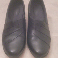 Clark's Women's Black leather shoes in 8 1/2 Wide. Quality construction. Padded insoles. 2 1/2 inch heels Vintage early 90s shoe/ loafer