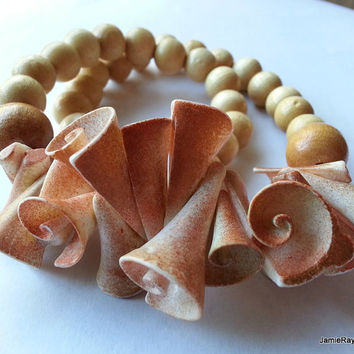 Vintage Chunky Wood and Shell Necklace with Large Spiral Seashells and Beige Wood Beads - Vintage Statement Necklace - Conch Shell Choker